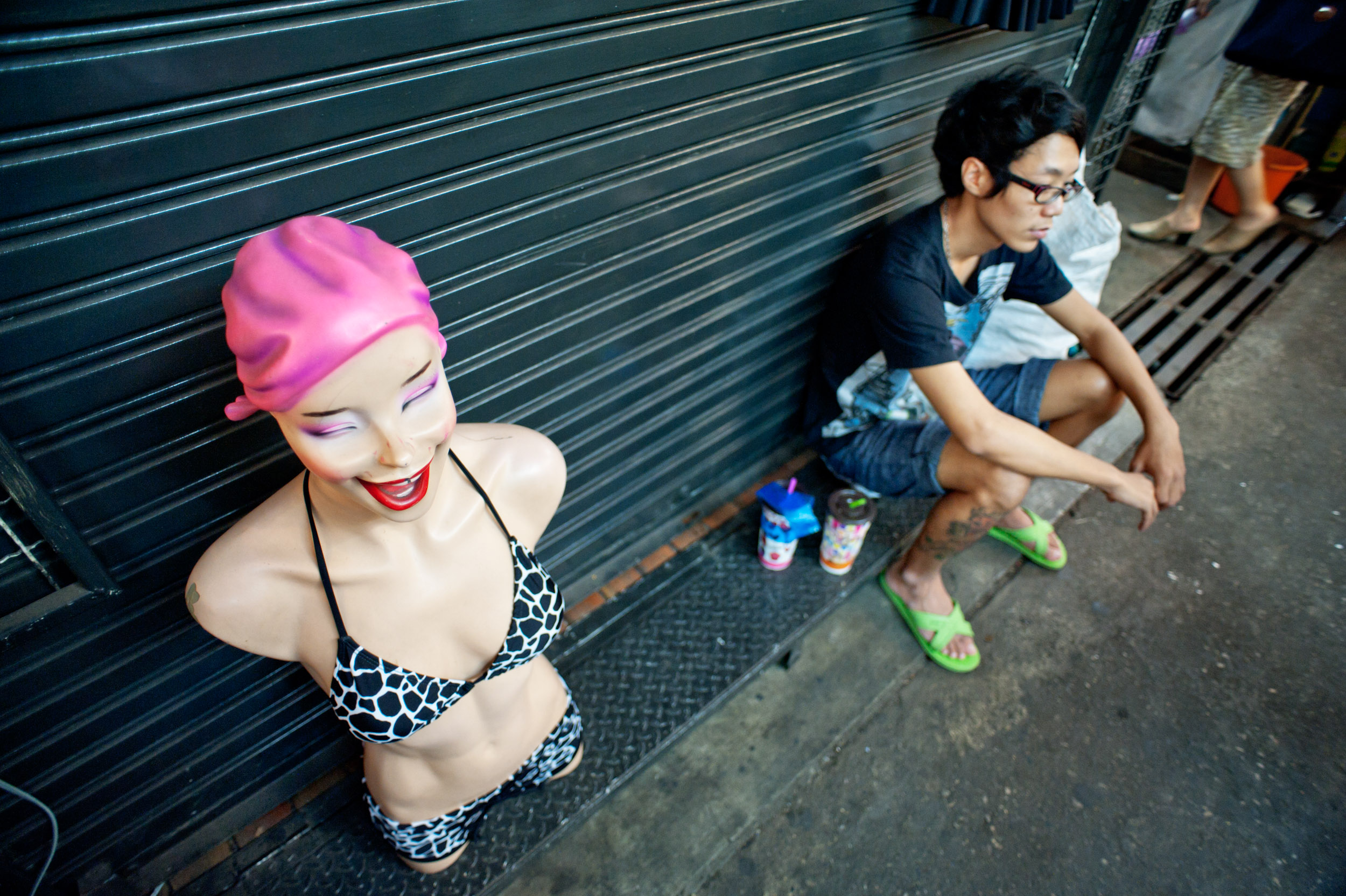 person on the ground with mannequin © Kevin Landwer-Johan