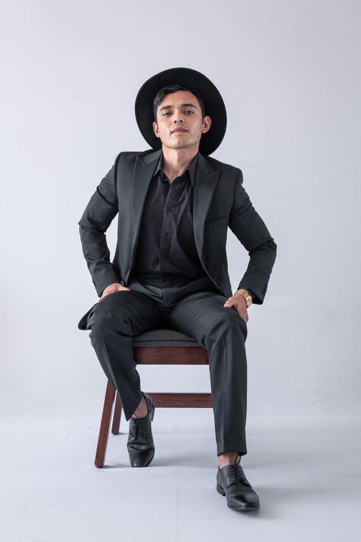 homem na cadeira pose