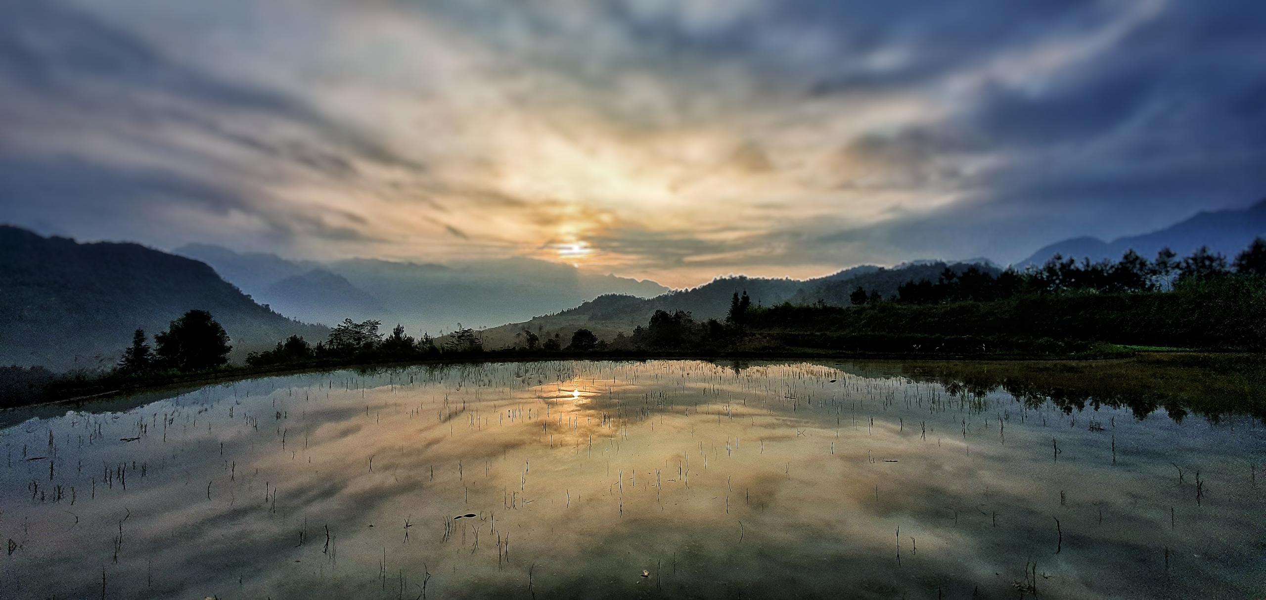 paisagem do pôr do sol sobre as colinas