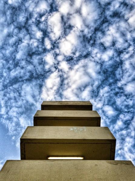 edifício com nuvens fofas