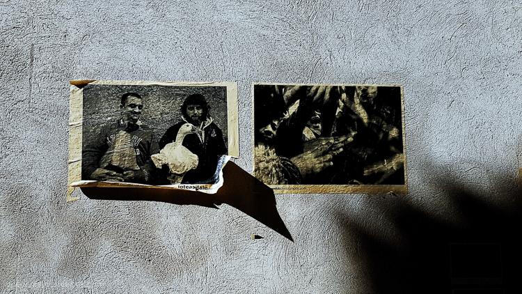 fotos antigas em uma parede