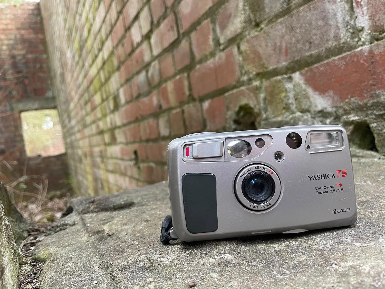 Uma câmera de filme 35mm: a Yashica T5. Um clássico da fotografia cinematográfica.