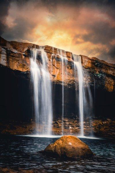 cachoeira ao pôr do sol com água corrente