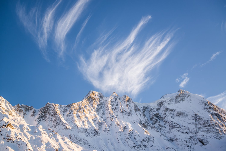 montanhas com lindas nuvens formando linhas
