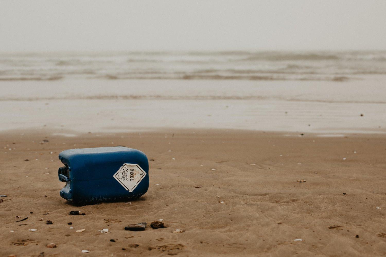 um recipiente tóxico na praia