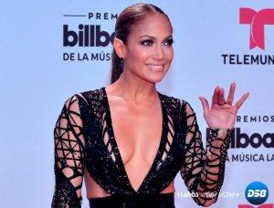 Jennifer López, Luis Fonsi y J. Blavin brillan en alfombra roja de los Billboard Latinos
