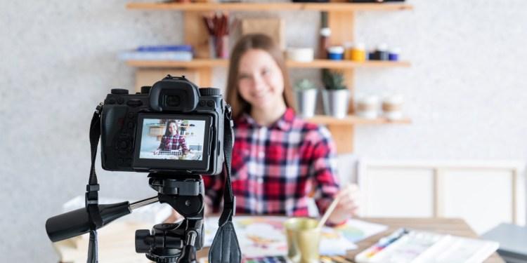 kamera vlog untuk youtuber - blogger blog female woman art online artist internet girl home business lifestyle technology hobby t20 drB613 - 7 Kamera Vlog untuk Youtuber Pemula Terbaik dan Murah Tahun Ini
