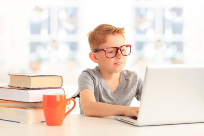 kids-using-smartphone-glasses
