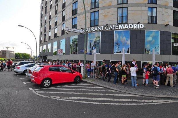 U6 Tunneltag Schlange am Cafe Madrid