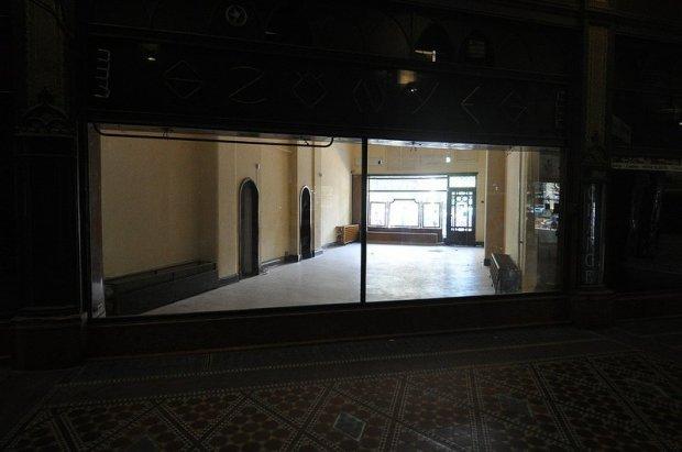 Szönyeg - An empty carpet shop in the Pariszi Udvar