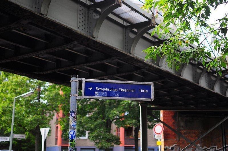 street sign sowjetisches ehrenmal schoenholzer heide