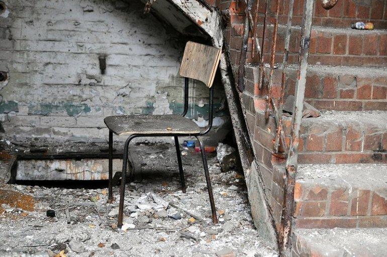 verlassener stuhl veb baerensiegel adlershof berlin