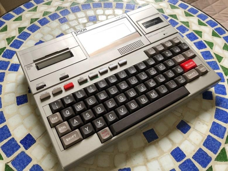 Ein Epson HX20. Wahrscheinlich einer der ersten mobilen Rechner, weil tragbar. Er brauchte aber tatsächlich einen Netzanschluß
