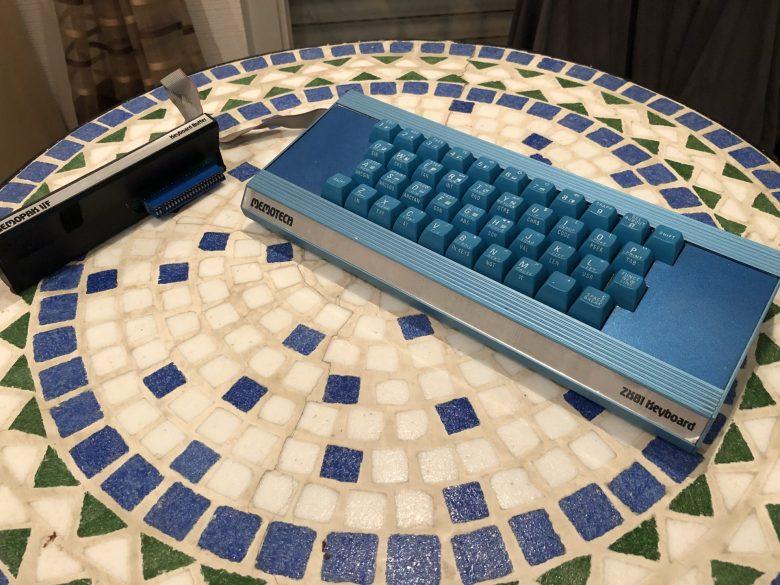 Die Memotech Tastatur für den ZX81 mit dem zugehörigen Adapter