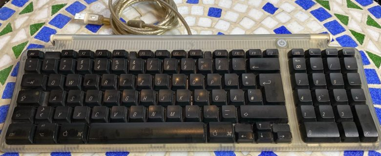 Kompakte Tastatur beim Apple iMac G3. Entwicklung der Computertastaturen