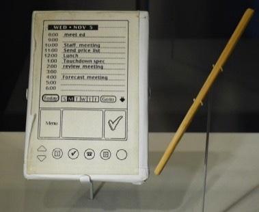Holz-Modell von Jeff Hawkins, um die Bedienung eines PDAs zu optimieren