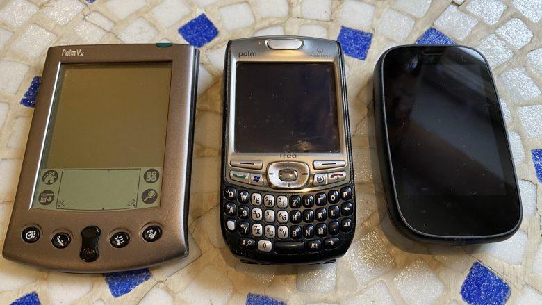 Palm Vx neben einem Palm Treo und einem Palm Pre 2. Vom Palm PDA zum WebOS