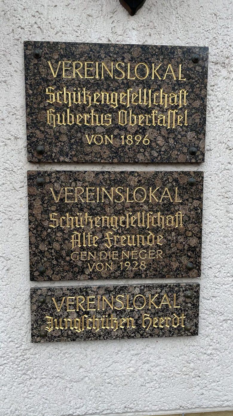 Bild der entfernten Tafel an der Station Schützen in Düsseldorf Heerdt. Die Antwort ist Alte Freunde