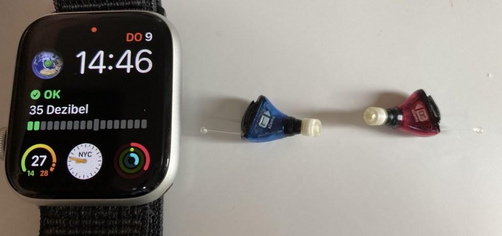 Signia Silk Nx Hörgeräte im Größenvergleich mit einer Apple Watch 44mm