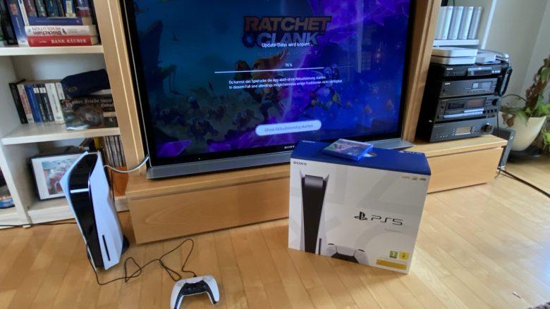 Unboxing ist vorbei. Die ausgepackte und angeschaltete PS5