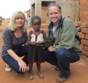 Frankie con un niño y el Fr. Michael Della Penna Director Espiritual de SCM