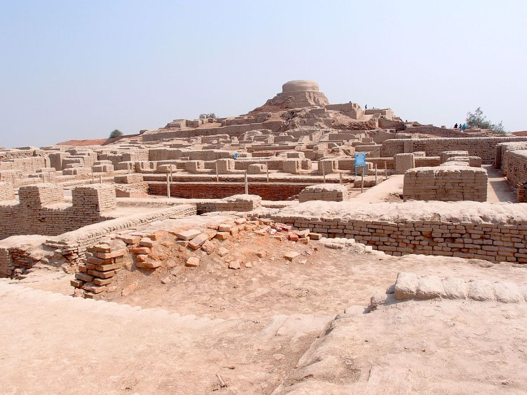 1200px-Mohenjodaro_-_view_of_the_stupa_mound