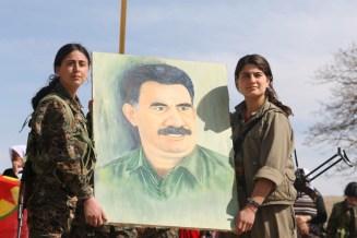 YPJ-Kämpferinnen mit Portrait von Abdullah Öcalan (PKK)