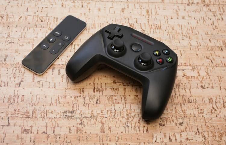 Solda yeni Apple TV'nin dokunmatik kumandası, sağda ise SteelSeries Nimbus oyun kolu