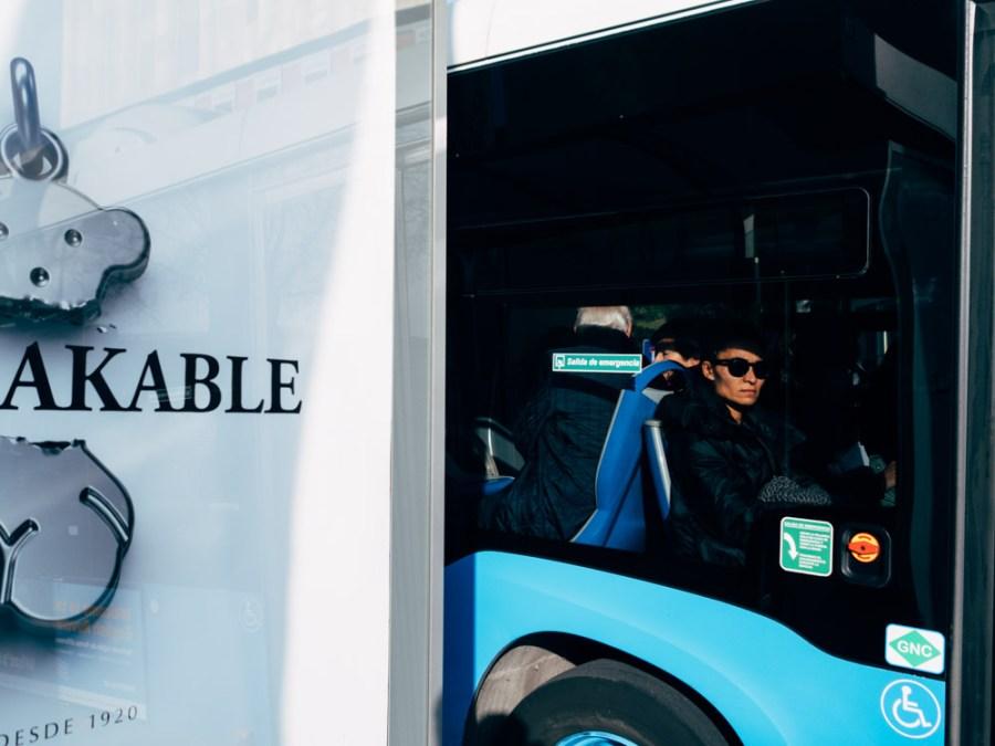 Una mujer mira por la ventana de un autobus en Madrid © David López