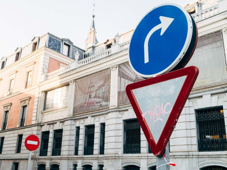 Yuxtaposición de señales en el centro de Madrid © David López
