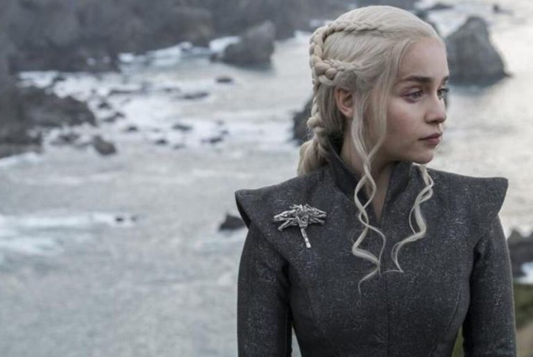 Juego de tronos, s07 e03: Daenerys Targaryen espera a sus visitantes en la playa en Dragonstone