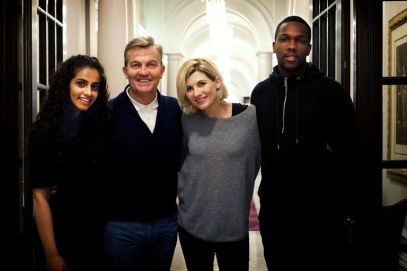 Mandip Gill (Yasmin), Bradley Walsh (Graham), Jodie Whittaker (le Docteur) et Tasin Cole (Ryan)