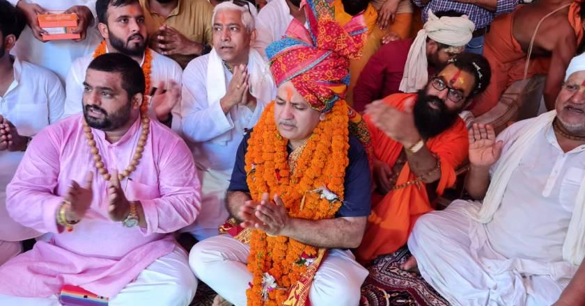 तिरंगा यात्रा निकालने से पहले डिप्टी सीएम सिसोदिया-संजय सिंह भी पहुंचे राम की शरण में, संतों से लिया आशीर्वाद