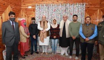 गृह मंत्री अमित शाह ने श्रीनगर में शहीद परवेज अहमद के आवास पर उनके परिजनों से की मुलाकात