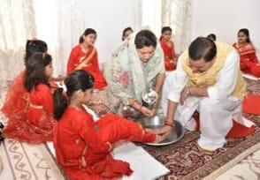 नवमी पर मुख्यमंत्री पुष्कर सिंह धामी ने कन्याओं को भोजन करा कर लिया आशीर्वाद