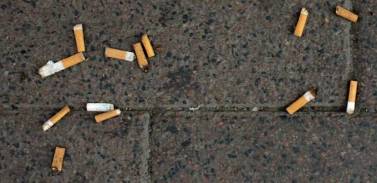 Cigaretskodder på jorden
