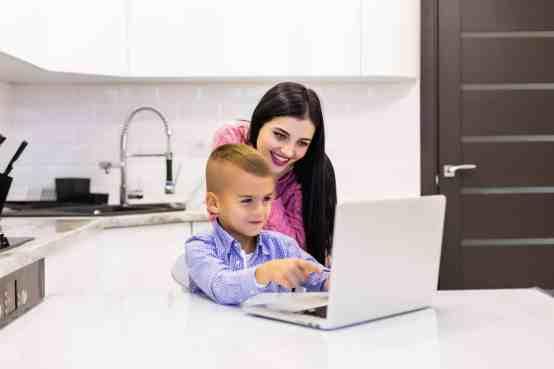 مدير صغير يعتقد أنه يشرف على الأطفال.png