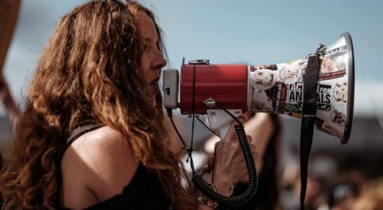 Une jeune femme tenant un mégaphone