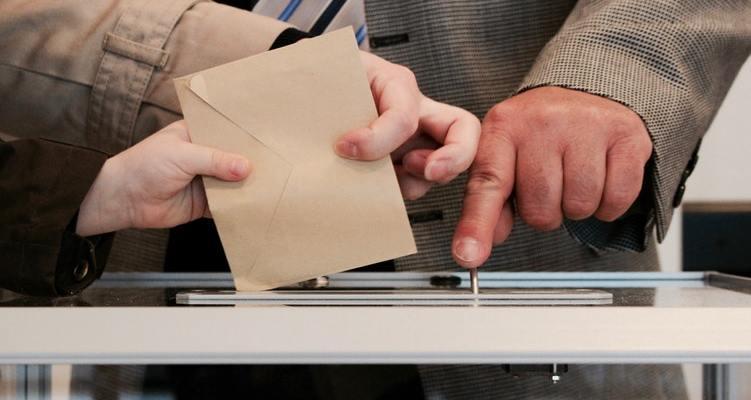 Un électeur glissant son bulletin dans l'urne