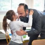 Edouard Philippe embrassant une élève de l'unité d'enseignement élémentaire pour enfants autistes de l'école Rochegude, à Albi (Tarn).