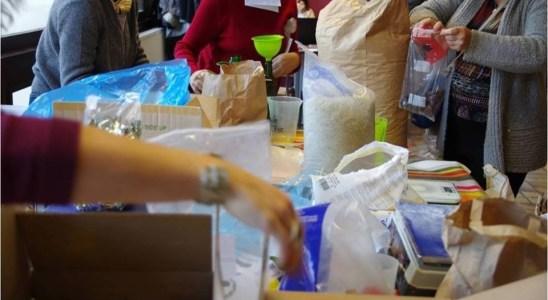 Lors d'une distribution organisée par l'association VRAC (Vers un réseau d'achat commun)