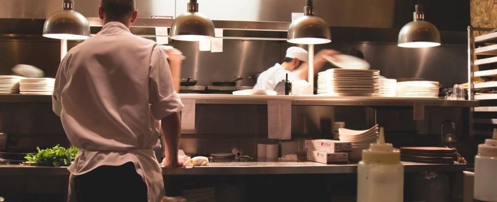 Des chefs en cuisine.