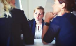 Trois femmes d'affairres en réunion dans un bureau.