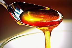 Antes de pegar o mel, unte a colher com um pouquinho de óleo. Assim ele sairá mais facilmente.