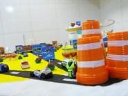 A fita adesiva branca transformou simples copos laranjas em cones. Hot Wheels indo e vindo pelas pistas fez a mesa do bolo se transformar num espaço de brincadeira.