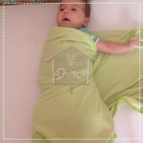 Prenda a ponta do cueiro por baixo do bebê