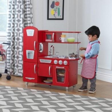 A Mario Brinquedos traz uma cozinha completa que não é rosa. Viva! Outras peças da KidKraft deixam a gente com vontade de brincar.
