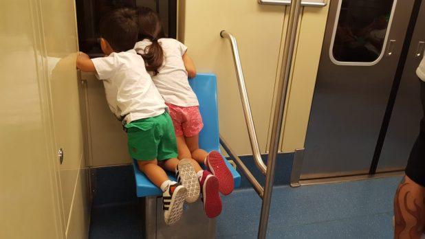 Liberdade com crianças: passeio de metrô