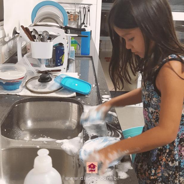 filho lavando louça