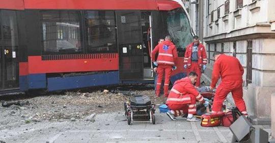 Strahovita nesreća: Tramvaj iskočio iz šina, ima poginulih i povrijeđenih